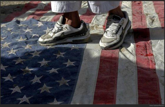 Fouler le drapeau américain avec une paire de Nike aux pieds ?