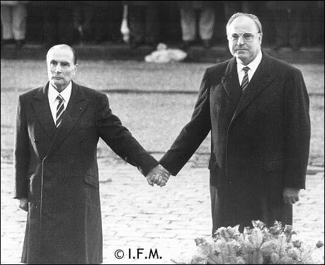 La poignée de main Kohl Mitterrand à Verdun
